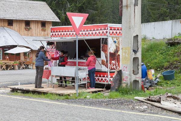 14.6. Transalpina - In Obârşia Lotrului kaufen wir süßen Proviant.  Ab hier ändert die Strecke ihren Charakter. Wir befinden uns nun in bewaldetem Gebiet.