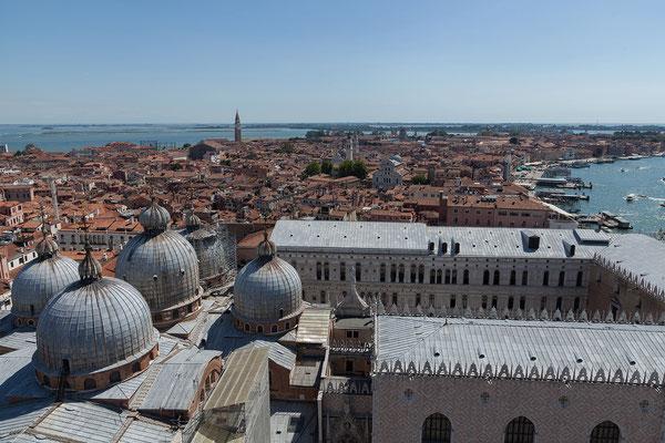 02.07. Blick vom Campanile auf San Marco, den Dogenpalast und das Castello-Viertel