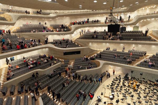 24.06. Der Große Saal ist - wie das gesamte Gebäude - sehr eindrucksvoll.