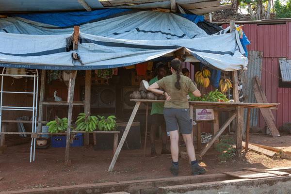 Bananenkauf auf dem Heimweg nach Crochu