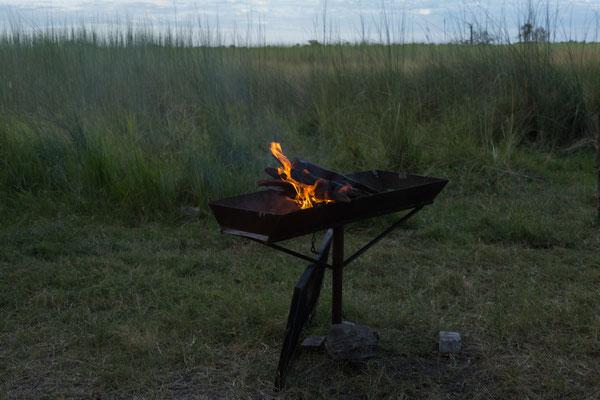 08.05. Moremi GR - Xakanaxa Campsite; wir backen Brötchen und grillen Rumpsteak mit Folienkartoffeln.