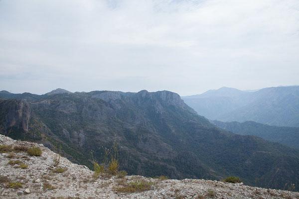 5.9. Gleich nach der Grenze wird Montenegro seinem Namen gerecht. Hohe Berge begrüßen uns.