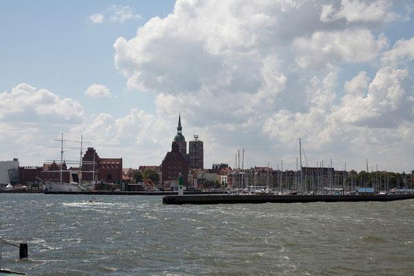23.7. Von der Fähre haben wir einen tollen Blick auf Stralsund und die Rügenbrücke.