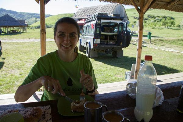 08.06. Wir übernachten am kleinen Campingplatz bei den Vulcanii Noroioși - Frühstück mit Eibroten