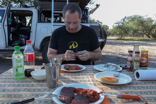 15.05. Thakadu Bush Camp; Es gibt Kudusteak mit Butternut und Bohnen.