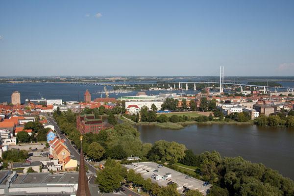 23.7. Stralsund - Am Neuen Markt erklimme ich (Kerstin) die 366 Stufen des Turms der Marienkirche und habe eine tolle Aussicht über Stralsund bis nach Rügen.