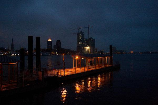 24.07. Der Hamburger Hafen bei Nacht.