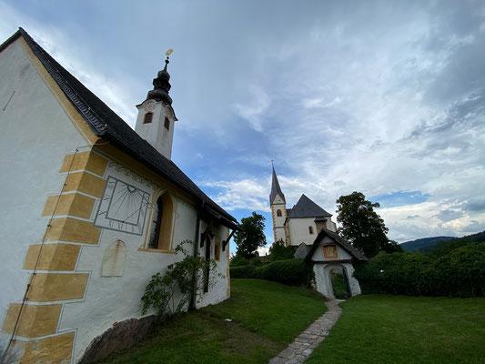 Die Kirchenanlage Maria Wörth setzt sich aus der Pfarrkirche, der kleineren Winterkirche, einem romanischen Karner sowie den Friedhöfen und den drei Kirchhofportalen zusammen.