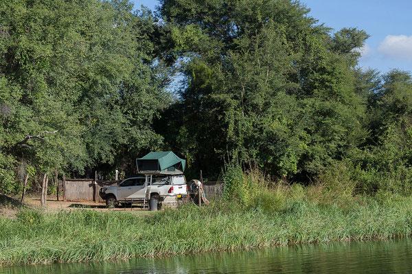 25.4. Bootsfahrt am Kavango, Blick auf unsere Campsite.
