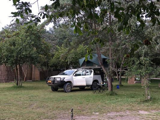 28.4. Im Kamp Kwando beziehen wir eine schöne Campsite mit eigenem WC und Waschhaus.