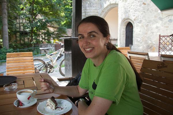 09.06. Im Café La Turnuri nahe des Schlosses Peleș essen wir Peleș-Torte und Käsekuchen
