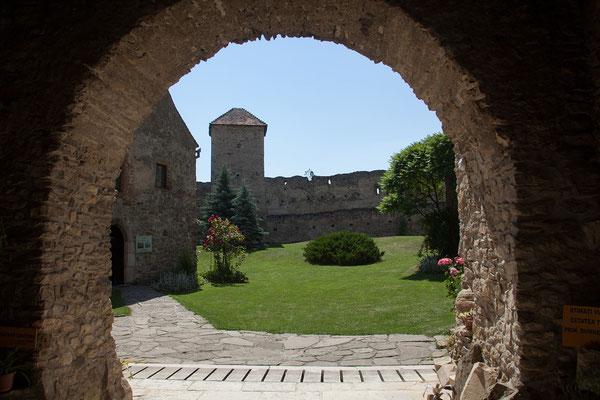13.06. Câlnic: 1430 wurde die Burg an die Gemeinde verkauft und die Kapelle erbaut. Ein zweiter Mauerring kam hinzu und der Wohnturm wurde erhöht.