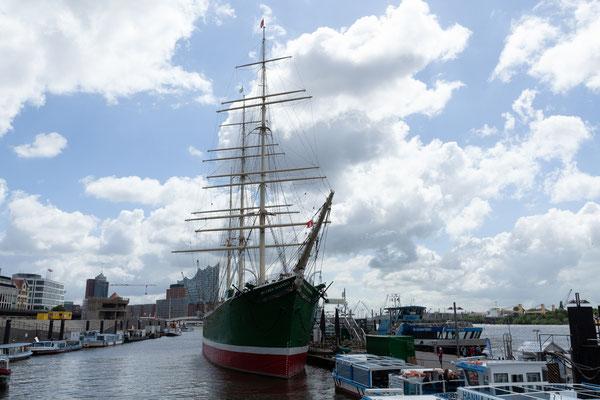 22.06. Nach der Hafenrundfahrt spazieren wir noch zur Rickmer Rickmers. Gut, dass wir 2011 an Bord waren, heute ist sie geschlossen.