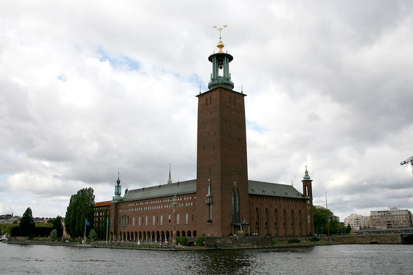 Mit dem Ausflugsschiff fahren wir nach Drottnigholm; wir fahren am Stadshuset vorbei