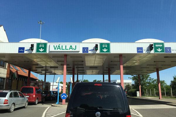 19.6. Um 10:30 Uhr sind wir am Grenzübergang Vállaj.
