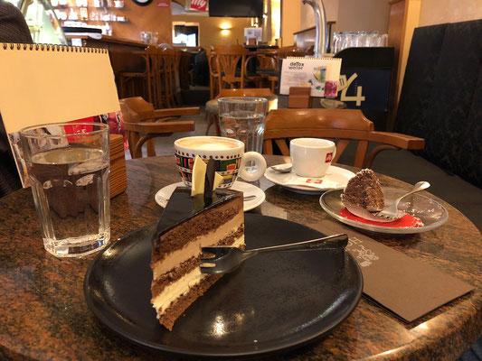 04.05. Škofja Loka: im Café Homan gibt es dann noch Kaffee und Kuchen.
