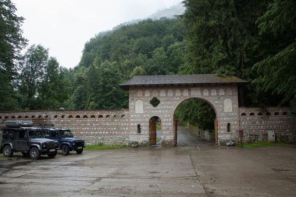14.6. Das  Kloster Tismana wurde 1377 durch den walachischen Fürsten Radu Vodă (1377-1385) gestiftet und unterstand von Anbeginn an der geistlichen Leitung durch den heiligen Nicodim von Tismana.