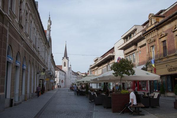 11.6. Oradea: In der Strada Republicii befinden sich verschiedene schöne Gebäude, Cafés und Restaurants. Trotz oder sogar wegen vieler renovierungsbedürftiger Gebäude hat die Straße viel Charme.