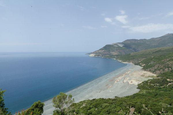 29.05. Die Abfällle des Asbestabbaus sind verantwortlich für die dunkle Färbung des Strandes bei Nonza.