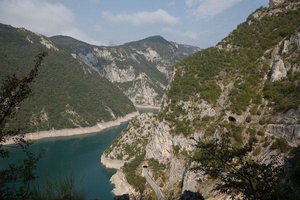 11.9. Mit Blick auf den Piva Stausee nähern wir uns der 2. Hälfte des Durmitor Rings (wieder zurück nach Žabljak)