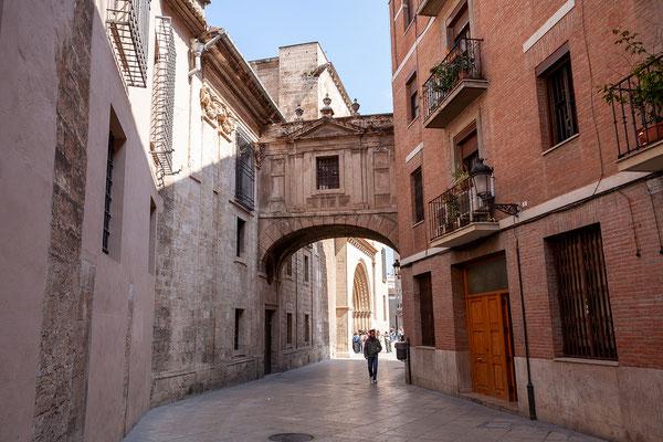 03.04. Wir spazieren zur hinter der Kathedrale gelegenen Plaza de la Virgen.