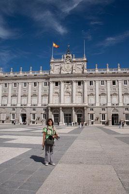 24.09. Der Königspalast gehört zu den größten Schlössern in Westeuropa und ist annähernd doppelt so groß wie Buckingham Palace oder Schloss Versailles.