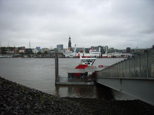 24.07. Mit dem Boot fahren wir am Abend zum König der Löwen Theater im Hafen.