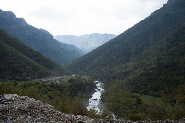 14.9. Ab Tamarë ist die Strecke bereits bestens ausgebaut; es gewittert.