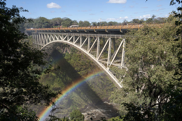 Vic Falls NP, die Brücke über den Zambesi war seinerzeit mit ihren 198m Länge und 125m Höhe die höchste Brücke der Welt.