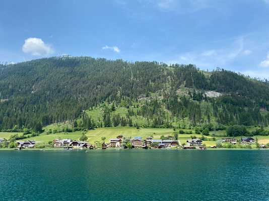 Blick auf den Ferienhof Neusacher Moser (vom Schiff)