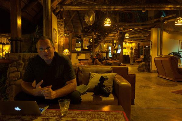 25.4. In der Lodge trinken wir Amarula und nutzen das W-Lan.