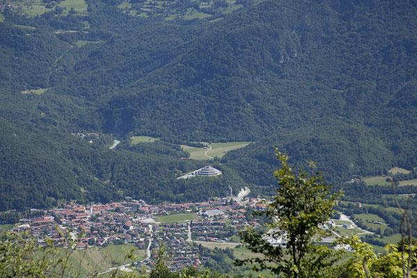 Svinska Alm (Blick auf Kobarid mit Italienischem Beinhaus)