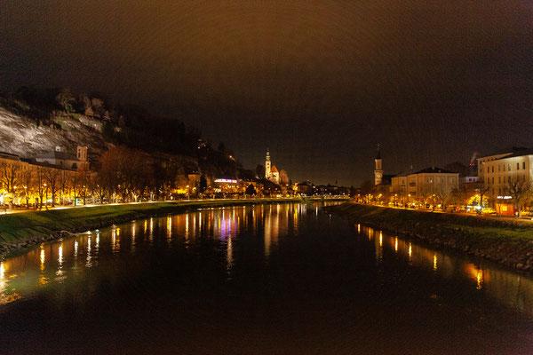Am Rückweg ins Hotel haben wir einen tollen Blick auf das beleuchtete Salzburg.