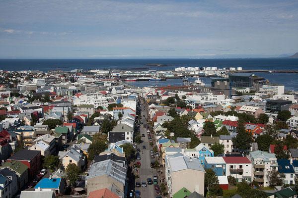 12.8. Reykjavík - Hallgrímskirkja - Aussicht vom Turm auf Hafen & Harpa
