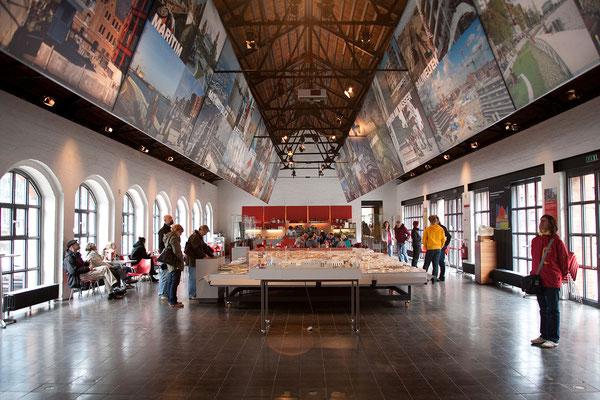 23.07. Eine kleine Ausstellung erläutert den Bau des an die Speicherstadt anschließenden neuen Stadtviertels Hafencity!