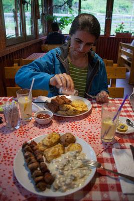 17.06. Apuseni: Wir essen bei Mama Uța in Gârda de Sus.
