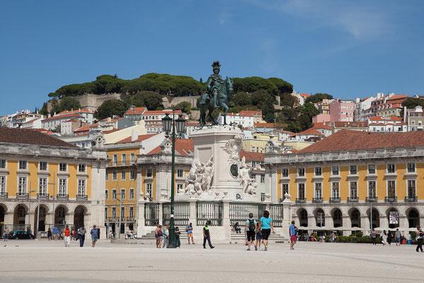 14.09. Praça do Comércio: das Reiterstandbild von 1774 zeigt König Dom José I. Das Wappen auf der Vorderseite zeigt Sebastião José de Carvalho (alias Marqués de Pombal), den Erbauer der Baixa.