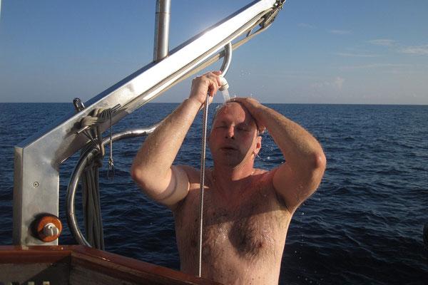 13.09. Wir nutzen gerne die Dusche am Schiffsheck.
