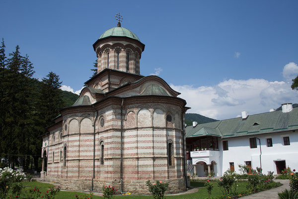 11.06. Idyllisch liegt das Kloster Cozia am Ufer des Olt.