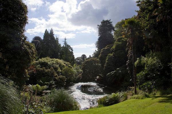 10.09. 1992 erfolgte die Eröffnung der restaurierten Lost Gardens of Heligan. Seither werden laufend weitere Bereiche wiederhergestellt und der Öffentlichkeit zugänglich gemacht.