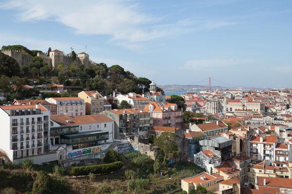 14.09. Am Miradouro de Graça steigen wir aus und genießen die tollen Aussicht auf Lissabon: Castelo São Jorge, Elevador de Santa Justa, Igreja do Carmo, Ponte 25 Abril