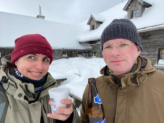 Glühwein und schneegekühltes Bier bei der Stoakoglhütte :-)