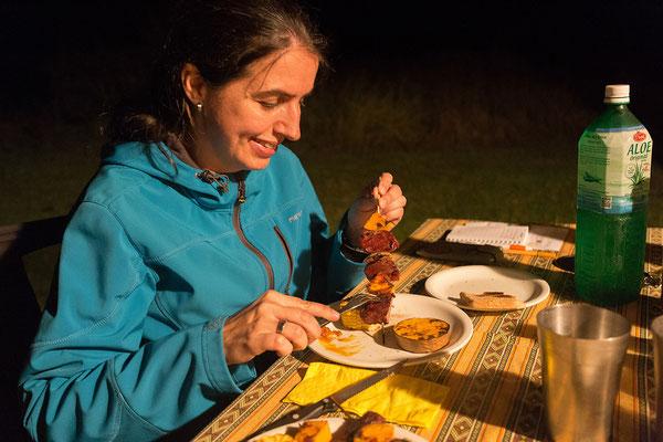 23.4. Zum Abendessen grillen wir Wildspieße mit Butternut und Mais.