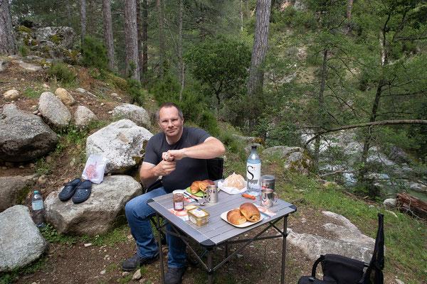 05.06. Frühstück am Camping Tuani, Restonica Tal