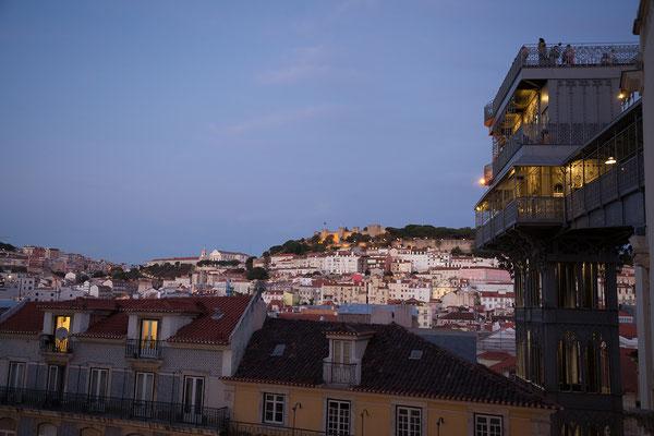 14.09. Der Elevador de Santa Justa aus 1902 wurde von Raul Mesnier de Ponsard, einem Schüler Gustave Eiffels, entworfen.