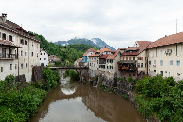04.05. Škofja Loka: die Kapuzinerbrücke wurde auf Initiative des Bischofs Leopold im 14. Jahrhundert gebaut, der kurz nach Fertigstellung auch ihr erstes Opfer wurde: Er stürzte bei einem Ritt über die geländerlose Brücke von ihr in die Sora und ertrank.