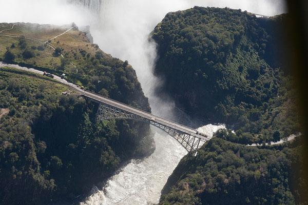 Der Bau der Brücke zw. Zimbabwe und Zambia über den Zambesi begann 1903. Die Fertigstellung erfolgte am 01.04.1905.