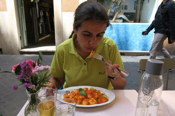 23.05. Kurz vor dem Rückflug lassen wir uns Gnocchi schmecken.