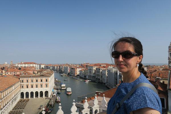 Die Fondaco dei Tedesci verfügt über eine der schönsten Aussichtsplattformen Venedigs mit Blick auf die Rioaltobrücke.