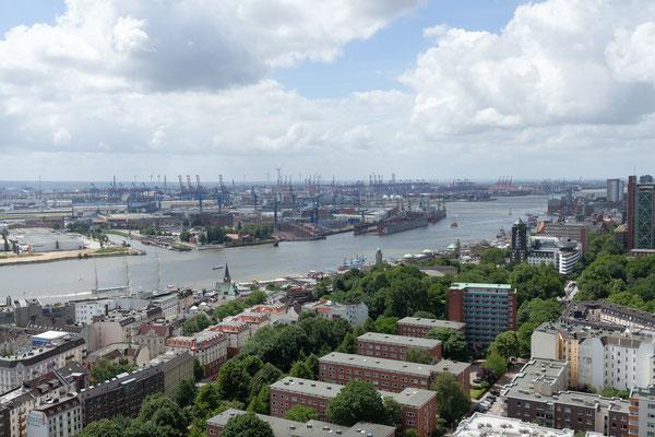 22.06. Aussicht auf die Ditmar-Koel-Straße, die Landungsbrücken und den Hafen.